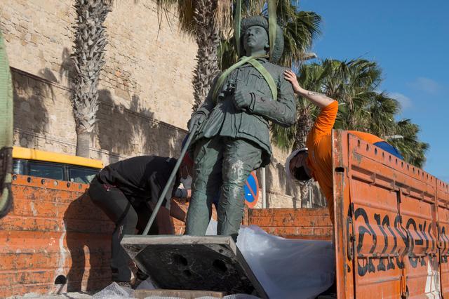 Laatste standbeeld van Francisco Franco eindelijk weg